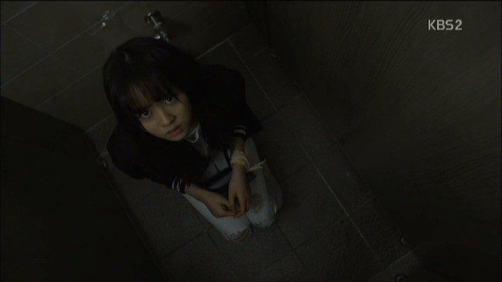 Eun Byul screams in bathroom