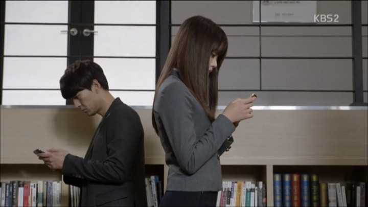Eun Bi receives text message from Soo In